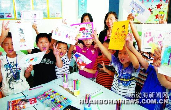 同学们怀着感恩的心描绘敬爱的老师,并将其作为教师节的礼物献给老师.