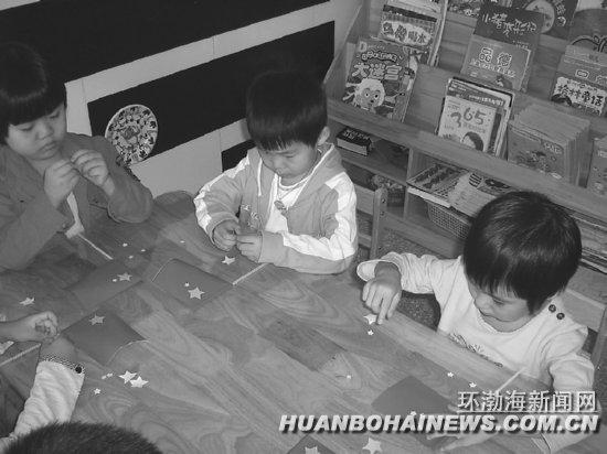 唐山花苗幼儿园组织开展制作国旗活动(图)