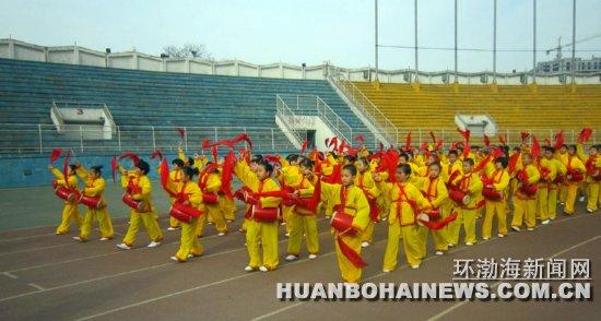 鹭港小学学生组成的腰鼓队整齐入场.图片