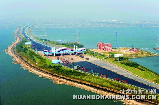 10月23日拍摄的连接京哈高速,沿海高速的唐曹高速,该高速把曹妃甸岛