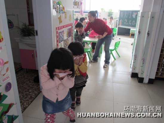 唐山丰润区第一幼儿园消防安全演练(图)