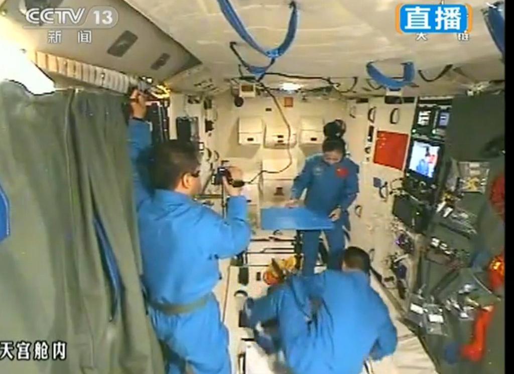 2013年6月20日,神舟十号航天员在天宫一号为全国青少年进行太空授图片