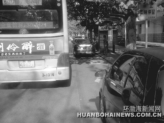 公交车无法进站停靠. 立峰 摄-候车亭被堵 公交车难 下脚高清图片