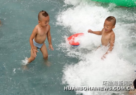 图为模拟的海浪设计,使游客有如置身于大海之中.记者 董钧 摄
