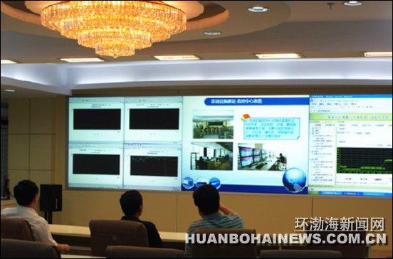 """环渤海新闻网消息 (尤优)蓝天白云、清新空气成为一座城市的骄傲。上半年张家口市空气质量综合指数均值为3.96,为全省及京津冀区域空气质量最优城市,并处于74个监测城市中长江以北第一。在这么多第一的背后离不开工作人员的""""千里眼""""——环境质量和污染源监控系统。   张家口移动公司环境质量和污染源监控系统采取""""有线+无线""""的方式,借助传输网络覆盖广、基站数量多、无线信号强等优势,形成立体式监控。通过在高污染单位排放口安装无线设备配装数据"""