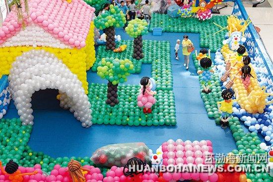 """环渤海新闻网消息(记者郑勇摄)昨天下午,由8名工作人员历时5天5夜用5万个环保气球搭建的气球创意秀在丰南区一家购物广场一层中央大厅创作完成,为即将到来的端午小长假和""""六一""""增添了欢乐的气氛。据""""气球创意秀""""的设计者、气球造型师常安介绍,占地200平方米的该主题气球城堡分为穿越时空、赛龙舟、丛林探险、神秘后花园等6个区域,由大小不一20种颜色的5万个气球组成,规模在我市最大。"""