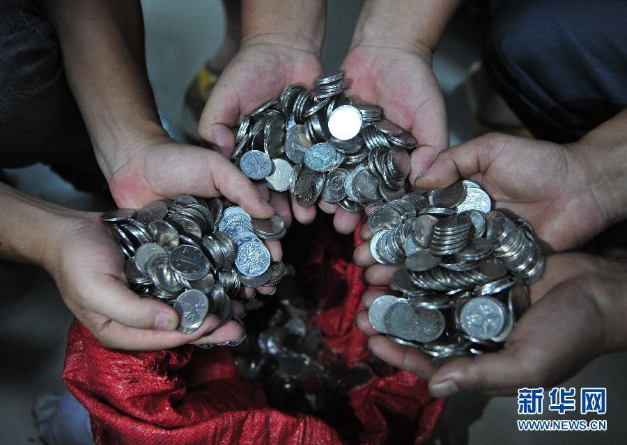 民工讨薪获5万多枚硬币引争议(组图) - 紫风 - 新闻过滤器
