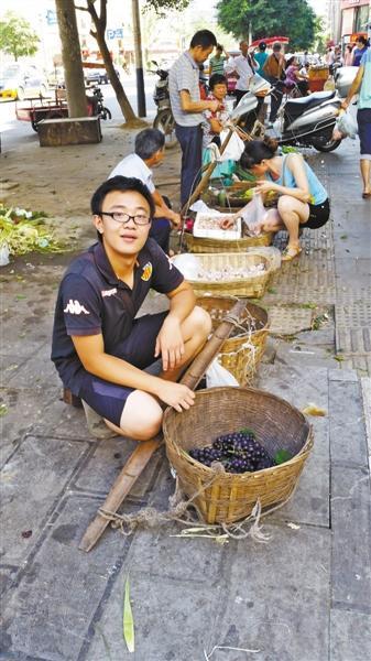 准大学生街边卖葡萄:学了很多课本没有的知识