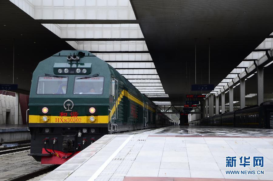 拉萨至日喀则铁路开通运营:坐着火车看珠峰