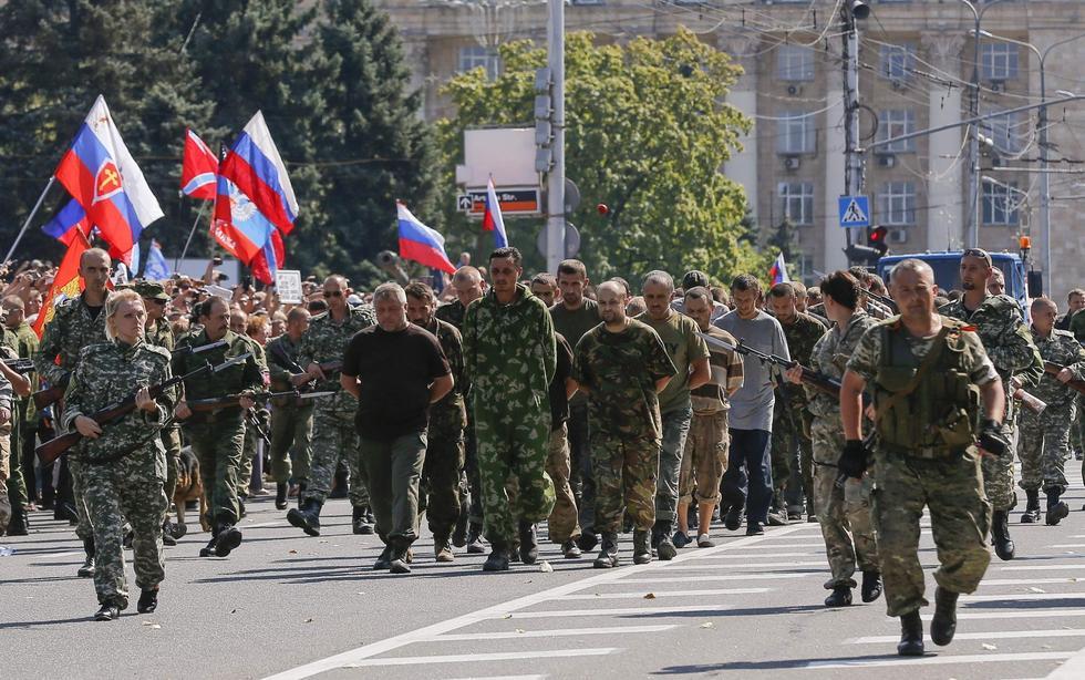 组图:乌克兰亲俄武装押政府军俘虏游街