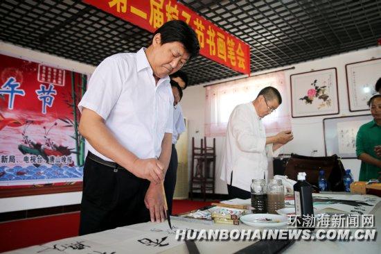 中国书法家协会会员、唐山市书法家协会名誉主席韩瑛现场挥毫泼墨