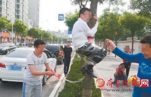 奇葩婚闹:新郎被绑在电线杆上浇啤酒