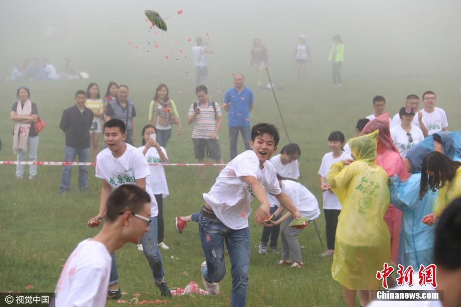 重庆千名考生砸3吨西瓜 疯狂释放压力