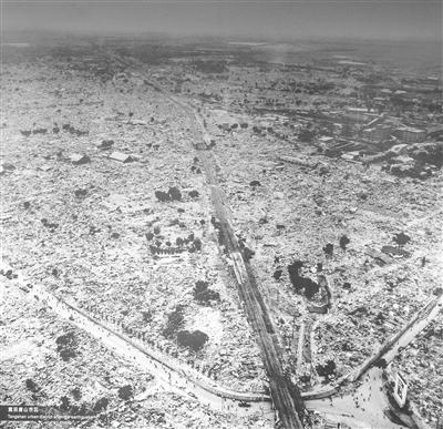 震后的唐山新华道沿线。翻拍自唐山地震博物馆