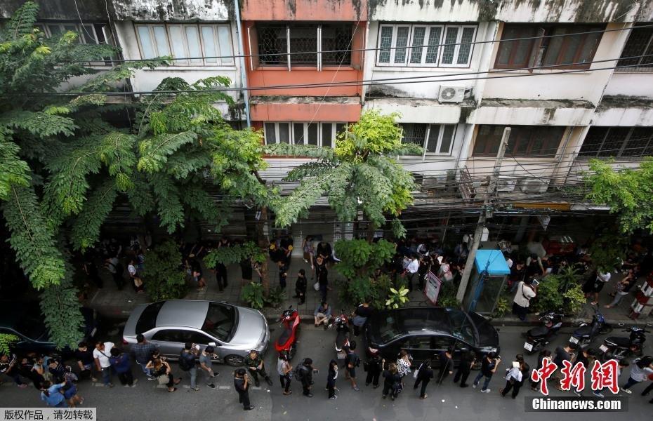 泰国民众排队购买国王普密蓬纪念钞