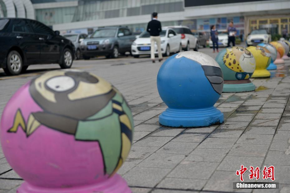 成都一停车场石墩被涂鸦 变身各种动物头像