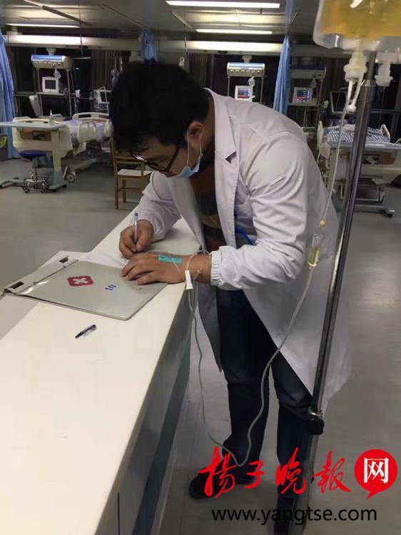 """江苏现""""最美男医生"""" 边打点滴边为病人看病"""