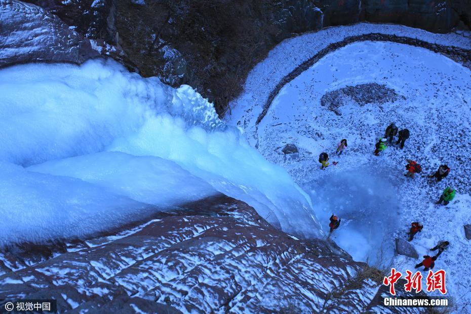 北京郊区现30米高冰瀑 悬于山间巍峨壮观