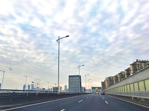 【网络媒体走转改】清新年味:少了爆竹声 多了蓝天白云
