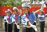 唐山:小志愿者倡导市民自觉遵守交通安全法规(图)