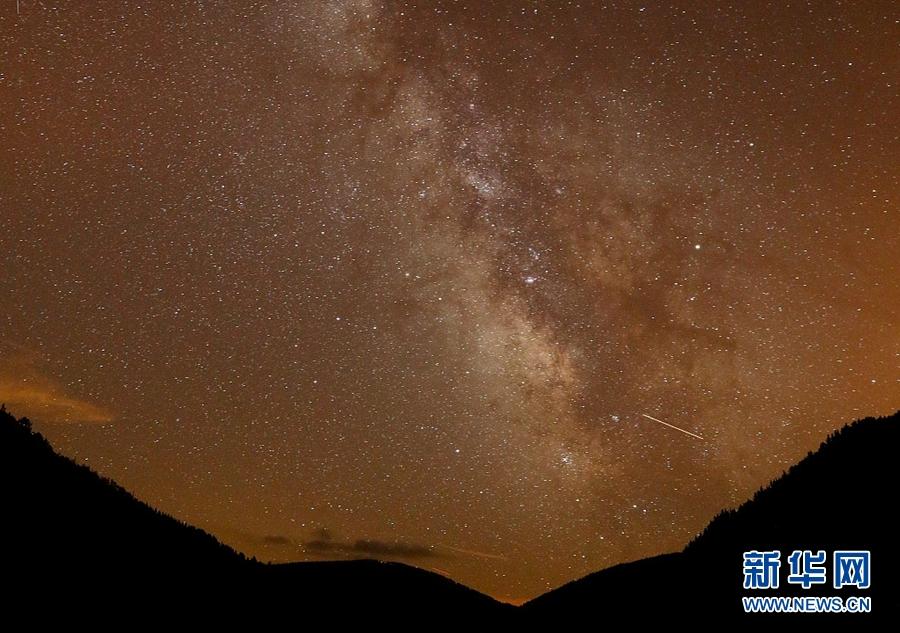 西班牙:英仙座流星雨划过 扮靓绝美星空