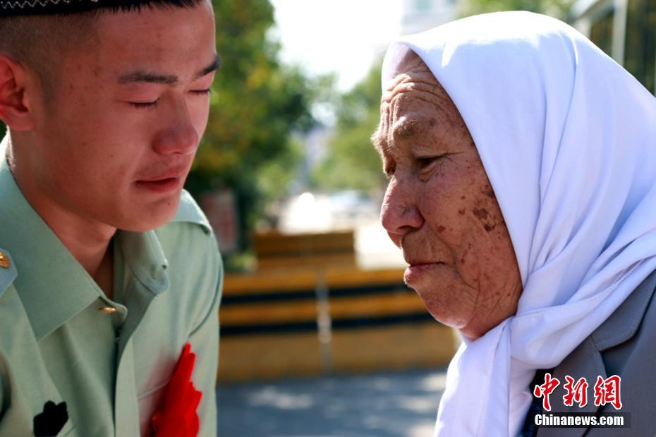 直击新疆西部公安边防欢送老兵仪式上的感人场面