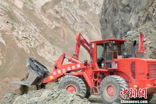 新藏公路库地达坂出现塌方 官兵救援滞留车辆260余台