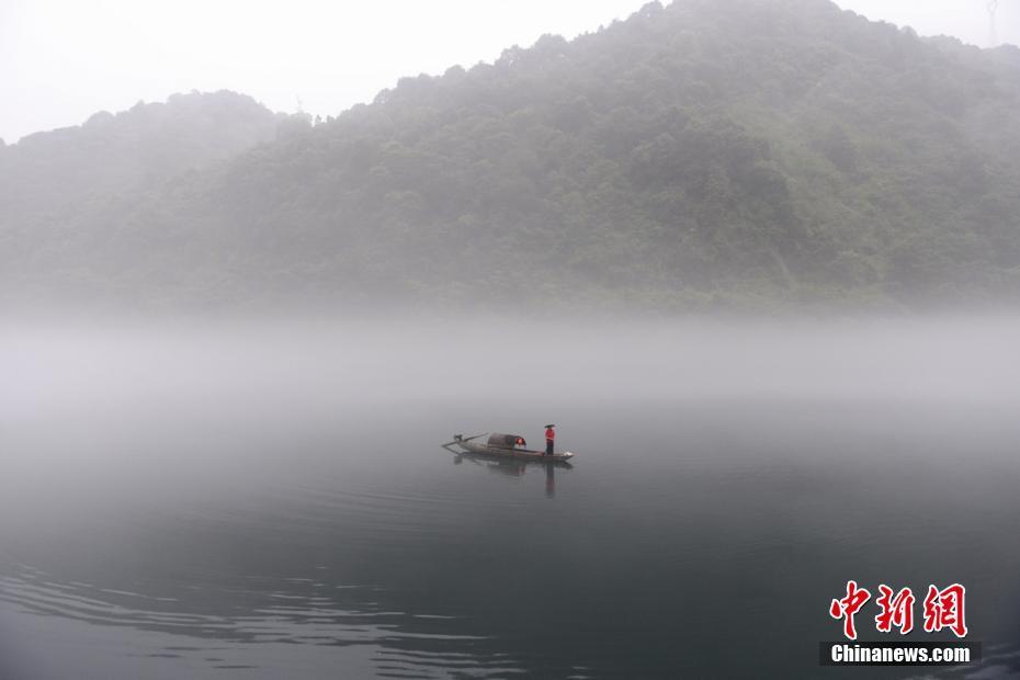 海外华媒共赏雾漫小东江 人如画中游