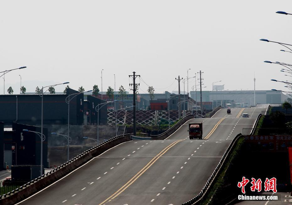 重庆现波浪形公路 司机称有腾空感很刺激