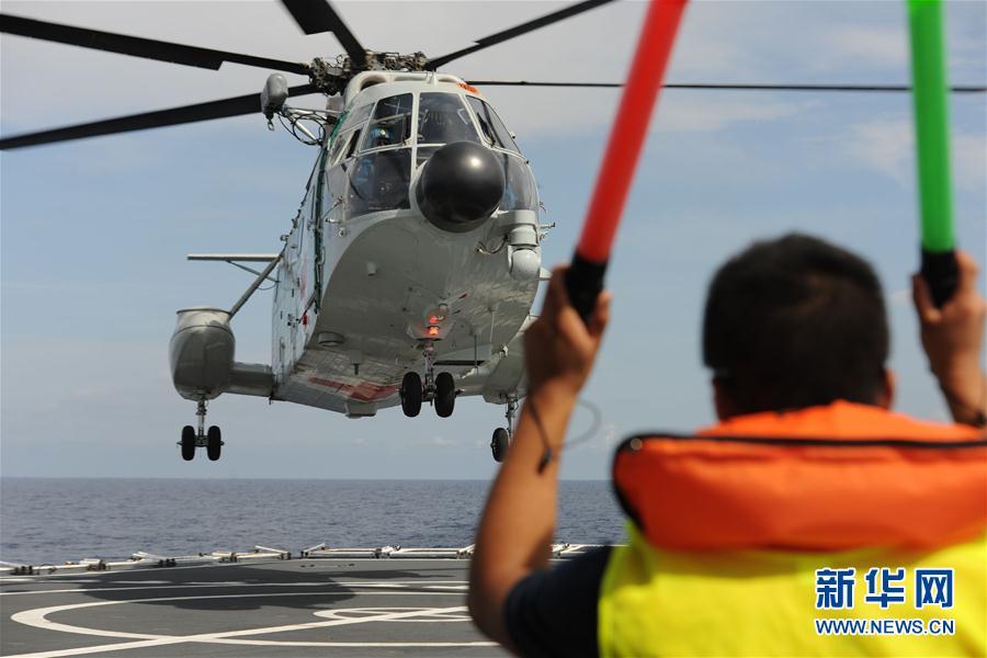 我海军救护直升机首次在地中海进行跨昼夜飞行训练