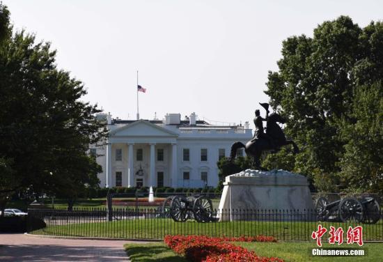"""两名男子因向白宫投掷物品被捕 特勤局确认""""无害"""""""