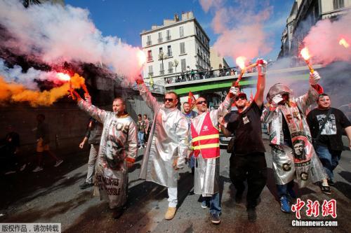 """法国十万""""懒人""""上街抗议政府 马克龙称绝不退让"""