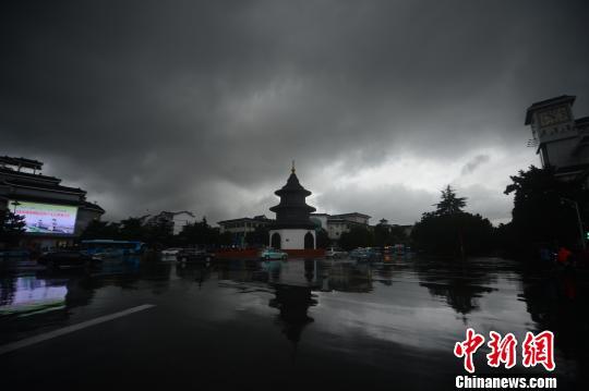 古城扬州遭强降雨 乌云笼罩白昼如夜