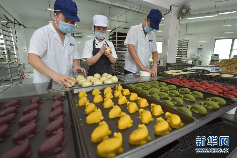 """福州:传统""""鲤鱼饼""""添彩迎中秋"""