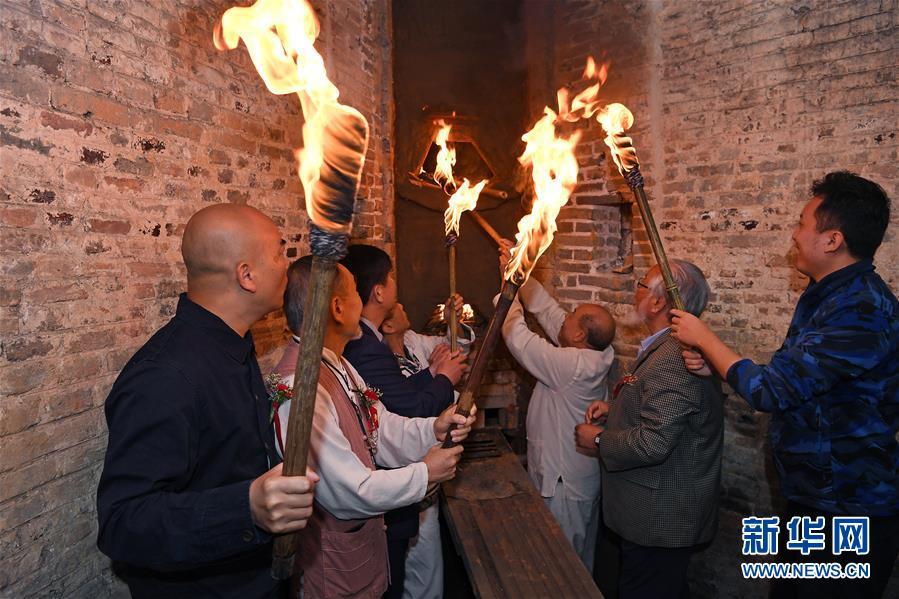 景德镇举行清代镇窑复烧点火仪式