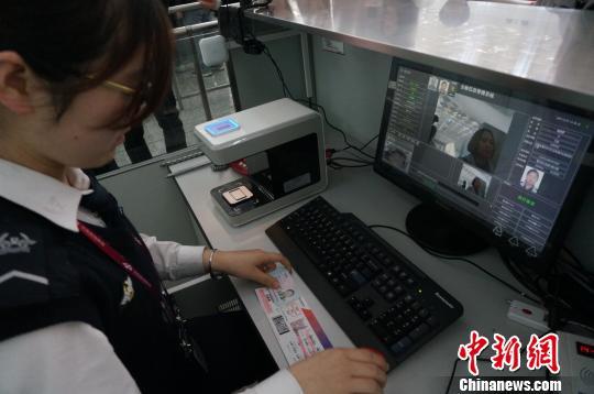 """郑州机场启用""""无纸化乘机""""服务和人脸识别技术"""