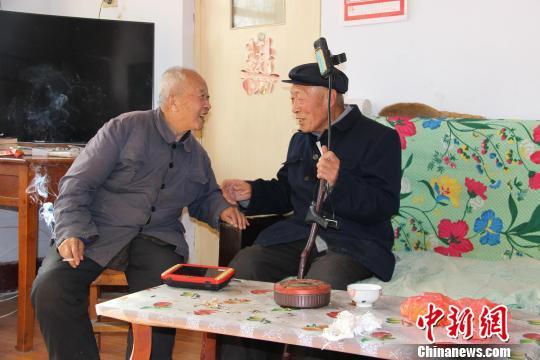 """75岁老人拐杖上的录制引关注 被村民称""""义务宣传员"""""""