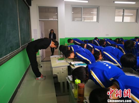 河北一中学规定礼仪校规引议 校方:绝非搞形式