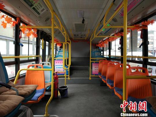"""装饰红叶增添坐垫 西安一司机坚持8年打造""""暖心公交"""""""