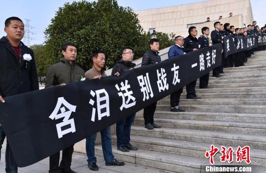 南京民警市民送别牺牲好交警史伟年