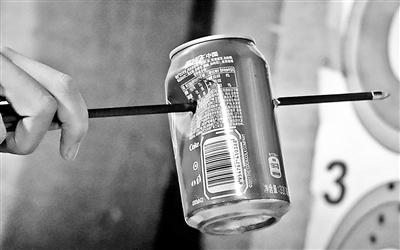 """""""口袋弹弓""""存隐患 3米外射穿易拉罐"""