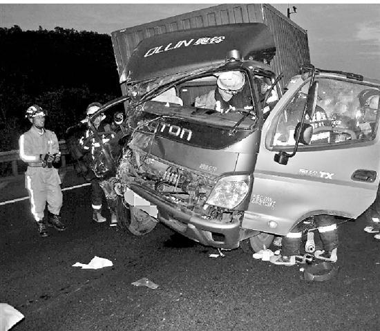 小伙开车玩手机酿车祸 同车母亲大喊慢成遗言