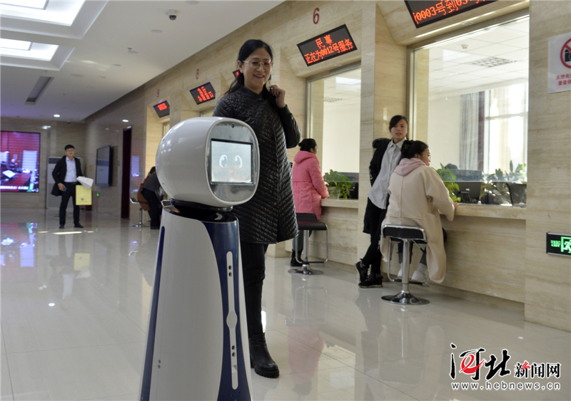 """有问必答!河北首台导诉机器人在石家庄桥西法院""""上岗"""""""