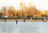 唐山:凤凰山公园迎来滑冰爱好者(图)