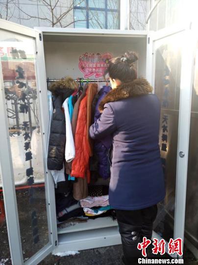长春公交站旁现爱心衣柜 棉衣免费领助人御寒