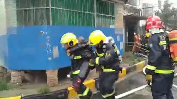 火灾后用腿给老人当板凳坐 两名上海消防员感动网友