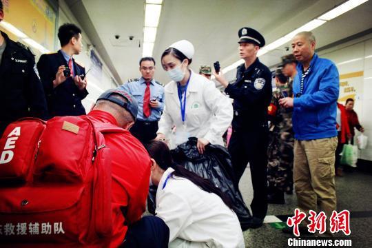 旅客下车后突发脑溢血 多方力量抢救赢得生机