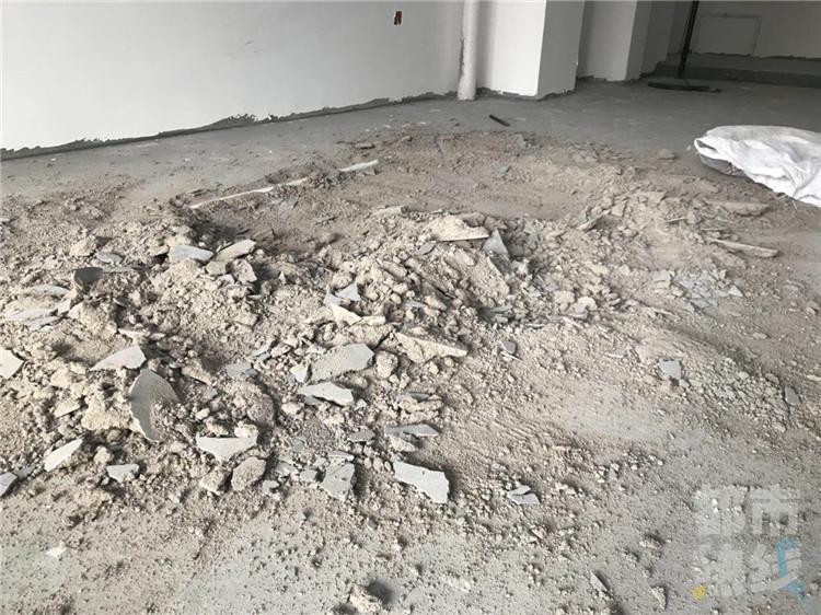 新房装修地面一砸一个坑 装修公司:承诺协商赔偿