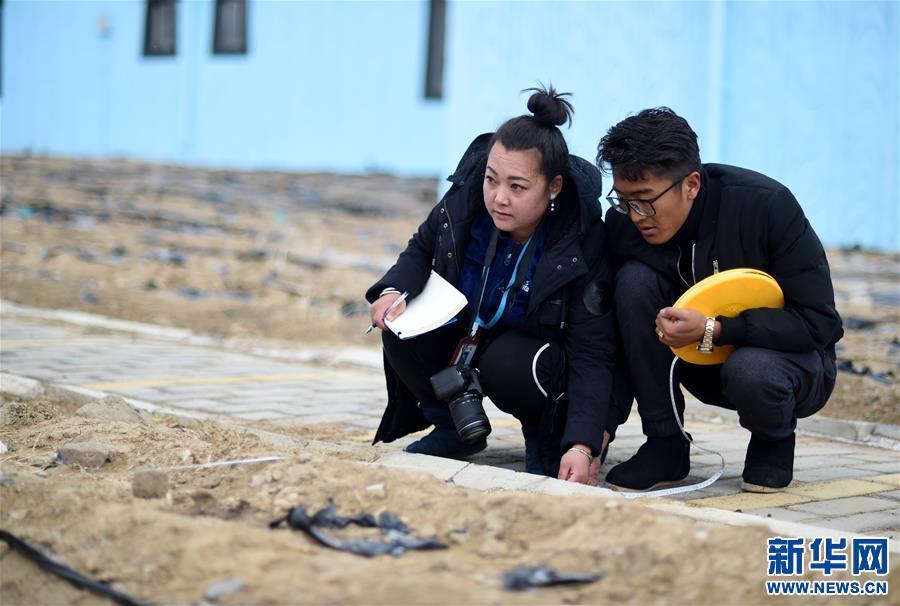 """""""群众不脱贫,我就不离村""""――藏族女干部索朗央吉的扶贫路"""