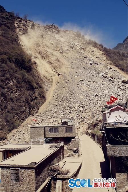 汶川突发大规模山体滑坡 沙石铺160米415人大撤离